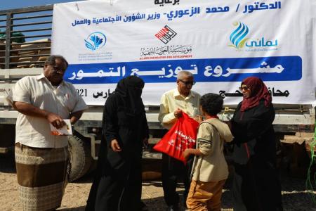 مدير الشؤون الإجتماعية لحج يشرف على توزيع تمور للاسر الفقيرة